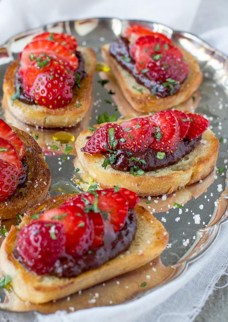 Crostini med jordgubbs- och chokladmarmelad