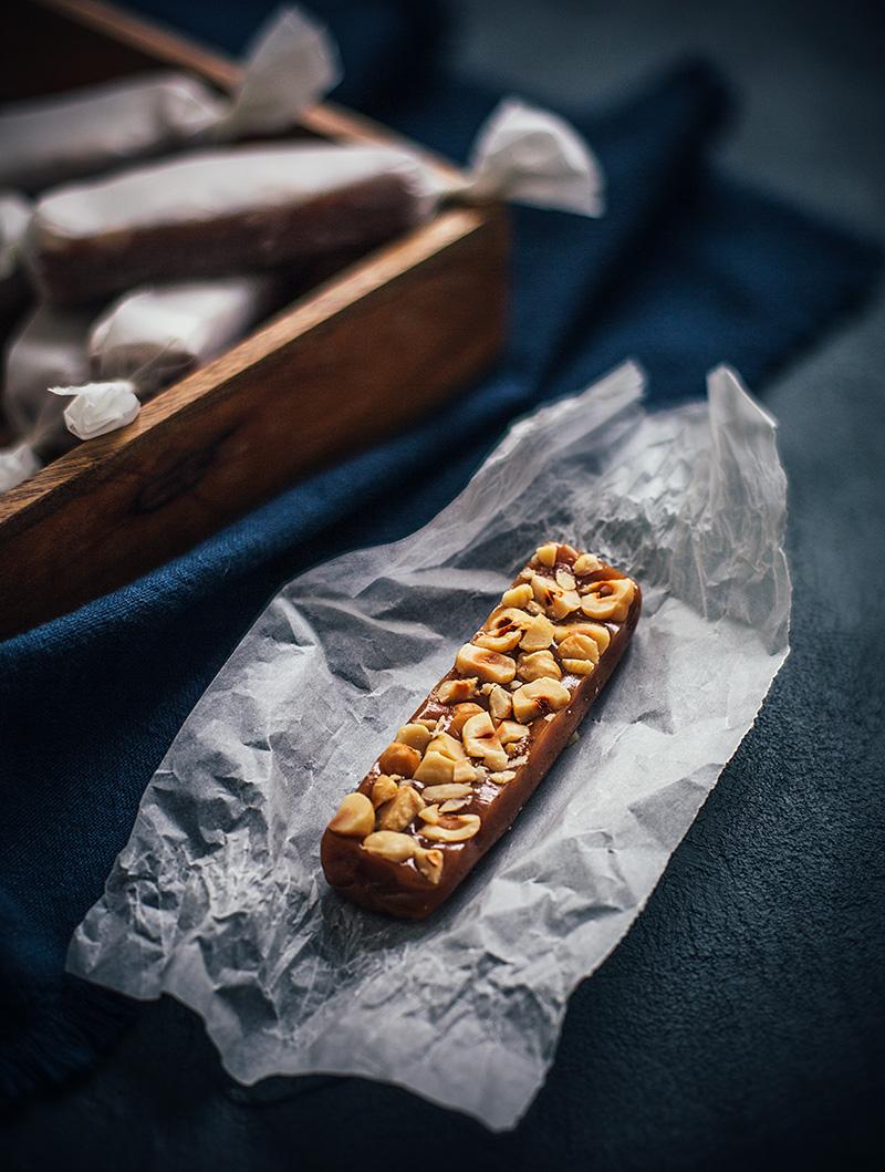 Rosmarinkola med rostade hasselnötter