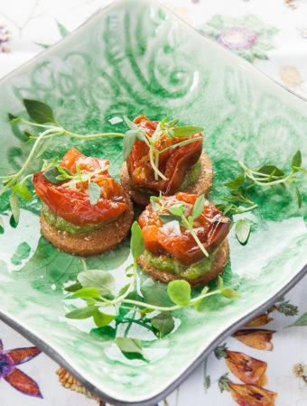 Parmesankakor med rostade tomater och pesto