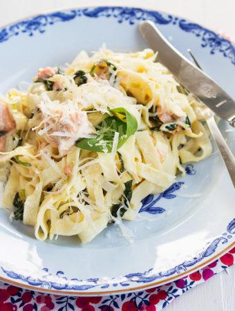 Krämig laxpasta med spenat och parmesan