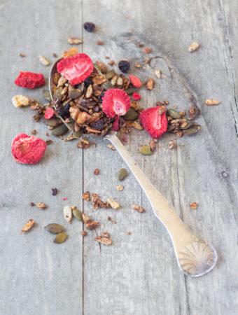 Granola med jordgubbar och valnötter