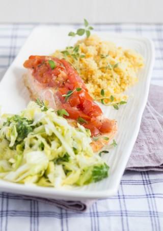 Lax med tomatsalsa, couscous- och linssallad