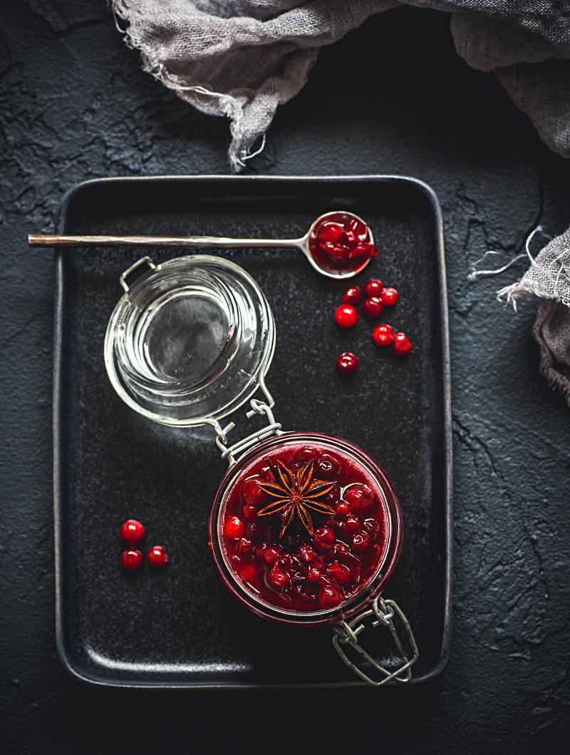 Rårörda lingon med vanilj, kanel och stjärnanis