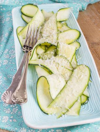 Hyvlad zucchini med citron och parmesan