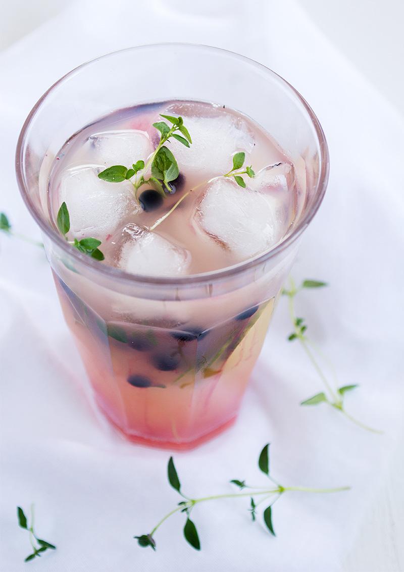 Grönt iste med blåbär, gurka och timjan