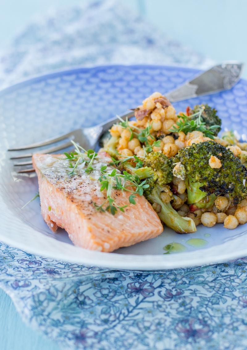 Ugnsbakad lax med broccoli och pärlcouscous