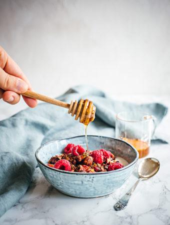 Granola med kakao, hasselnötter och hallon