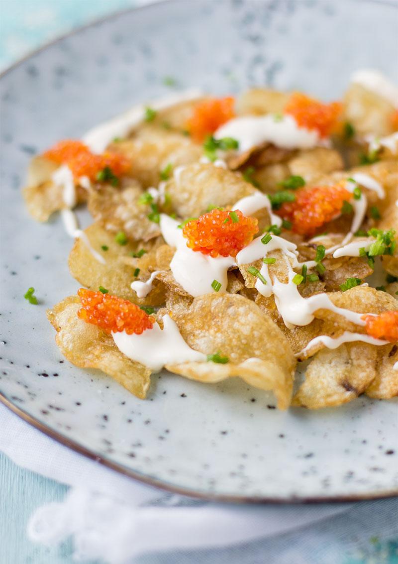 Chips med löjrom och smetana
