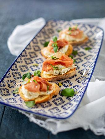 Crostini med parmesanfärskost och lufttorkad skinka