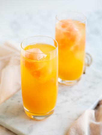 Istärningar av röd grapefrukt tillsammans med passionsfruktjuice