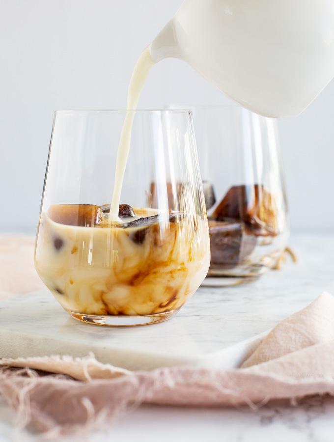 Islatte gjord på kaffeistärningar