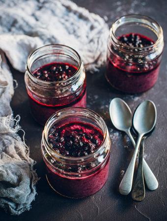 Chiapudding med blåbär och hallon