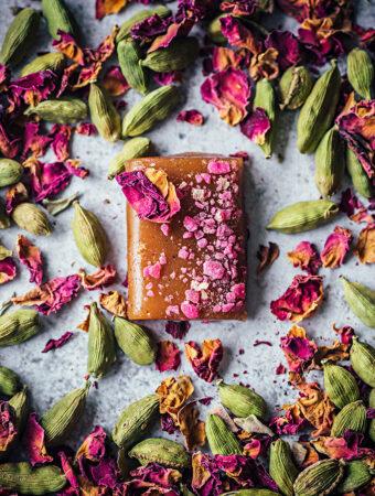 Kola med smak av kardemumma och rosor